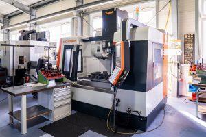 Centrum-obrobkowe-VC-1052-firmy-Takumi-zostalo-zaprojektowane-specjalnie-do-produkcji-nareędzi-i-form-dlaProdukcji.pl